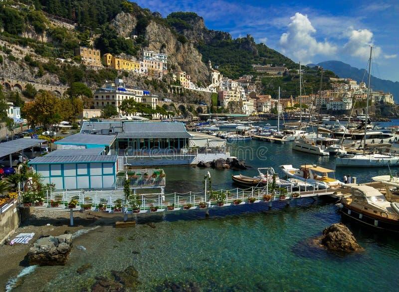 Vista di estate del porto e della città di Amalfi sul mar Tirreno immagini stock libere da diritti