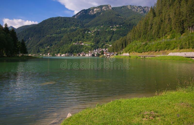 Vista di estate di piccolo villaggio di Alleghe in Veneto fotografie stock