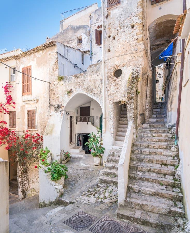 Vista di estate in Sperlonga, provincia di Latina, Lazio, Italia centrale immagine stock libera da diritti