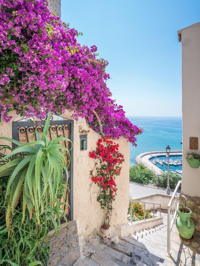 Vista di estate in Sperlonga, provincia di Latina, Lazio, Italia centrale immagini stock