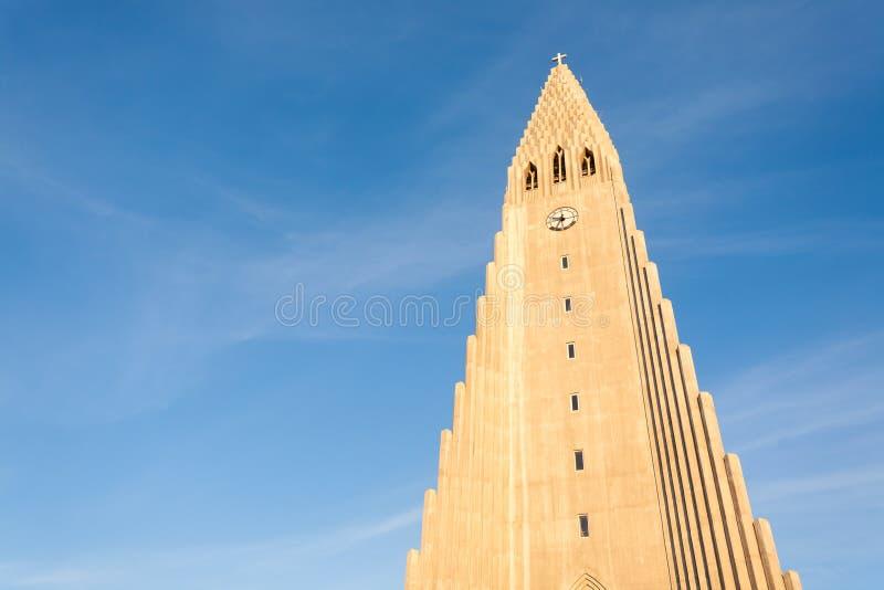 Vista di esterno della chiesa di Hallgrimskirkja, punto di riferimento famoso di Reykjavik immagini stock