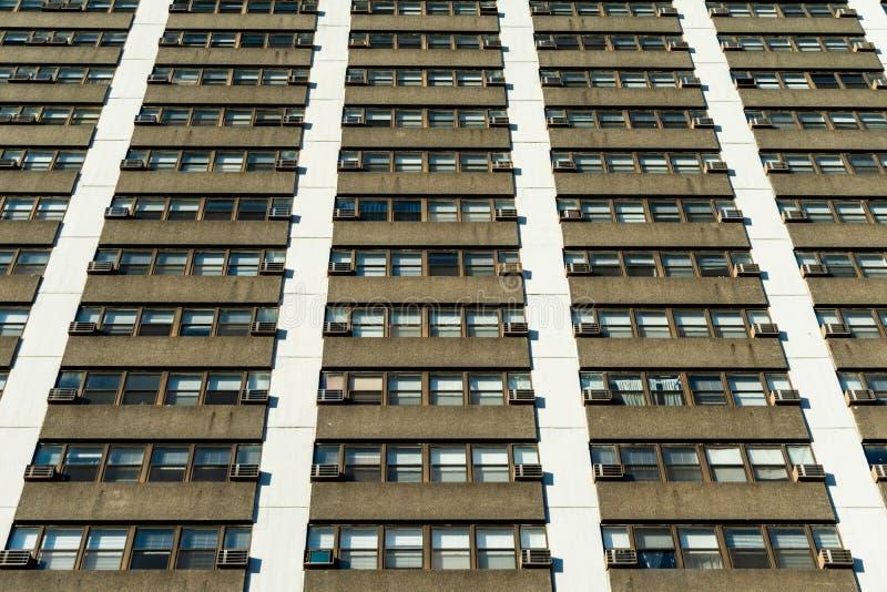 Vista di esterno residenziale del grattacielo che guarda verso l'alto con le unità di condizionamento d'aria e di Windows immagini stock