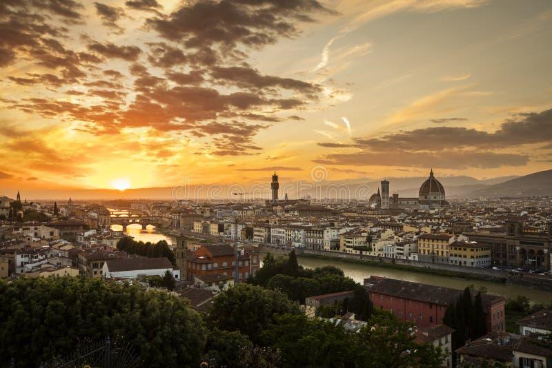 Vista di Firenze durante il tramonto che mostra il Arno, Ponte Vecchio, il Palazzo Vecchio ed il duomo - Firenze, Toscana, Italia fotografia stock libera da diritti