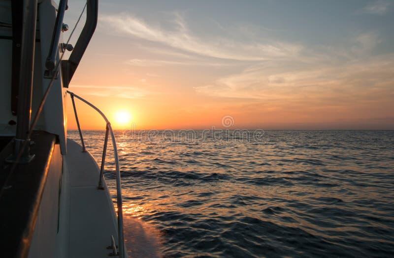 Vista di Fishermans di alba arancio sopra il mare di Cortes/golfo di California mentre pescando nel primo mattino immagine stock