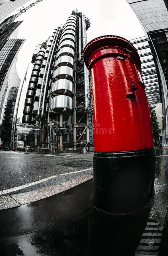 Vista di Fisheye degli edifici di Lloyds e della cassetta delle lettere rossa, distretto finanziario, città di Londra immagine stock libera da diritti