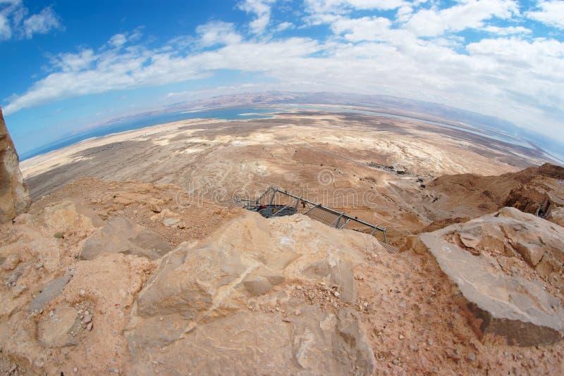 Vista di Fisheye del paesaggio del deserto vicino al mare guasto immagini stock