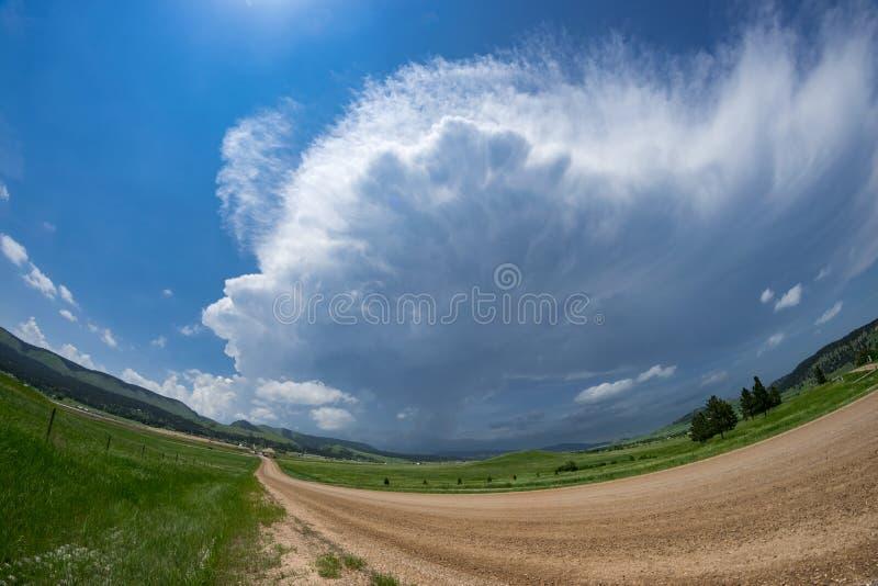 Vista di Fisheye di una strada che conduce ad un temporale avvertito severo sopra il Black Hills in Sud Dakota fotografie stock libere da diritti