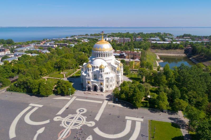 Vista di fotografia aerea della st Nicholas Naval Cathedral Kron?tadt, Russia immagini stock