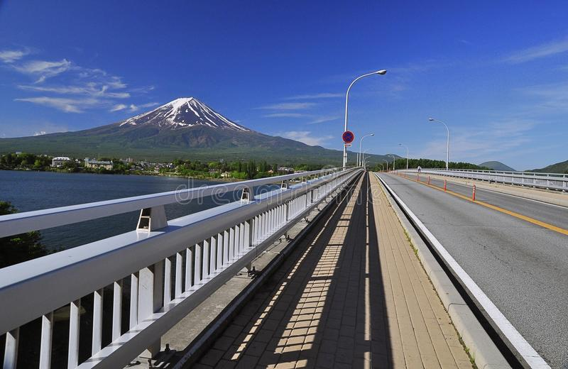 Vista di Fuji della montagna dal ponte attraverso il lago di kawaguchiko immagine stock libera da diritti