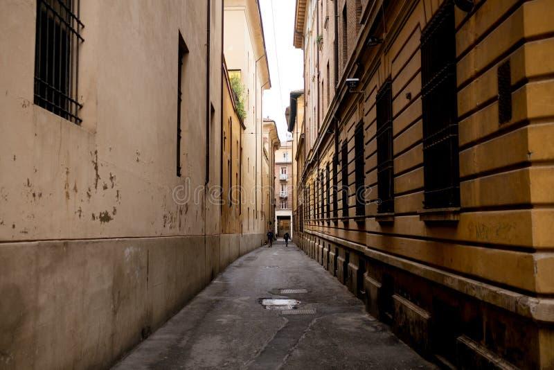 Vista di giorno dei vicoli classici della città di Bologna conosciuti come fotografia stock