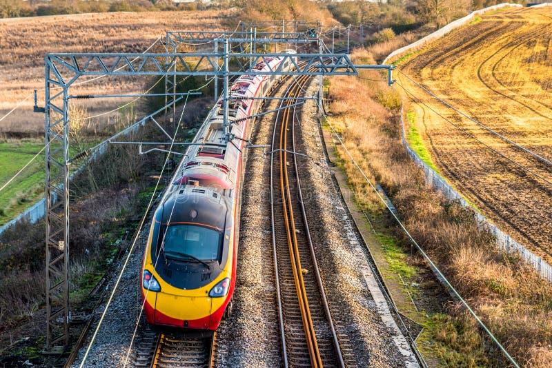 Vista di giorno della ferrovia BRITANNICA in Inghilterra Paesaggio ferroviario fotografia stock