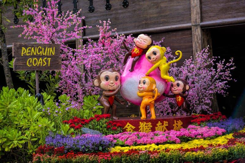 Vista di giorno delle decorazioni cinesi del nuovo anno nel parco dell'uccello di Jurong immagine stock libera da diritti