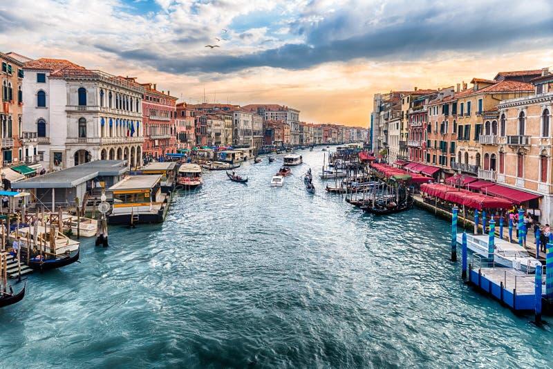 Vista di Grand Canal dal ponte di Rialto, Venezia, Italia immagini stock