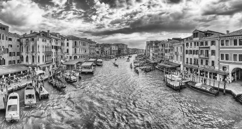 Vista di Grand Canal dal ponte di Rialto, Venezia, Italia fotografia stock libera da diritti