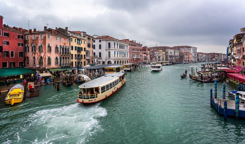 Vista di Grand Canal dal ponte di Rialto a Venezia, Italia fotografia stock libera da diritti