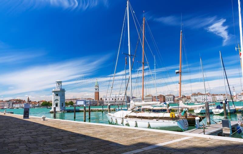Vista di Grand Canal dall'isola di San Giorgio Maggiore a Venezia immagine stock libera da diritti