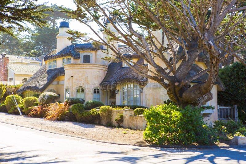 Vista di grande casa di pietra con le grandi finestre fotografia stock libera da diritti