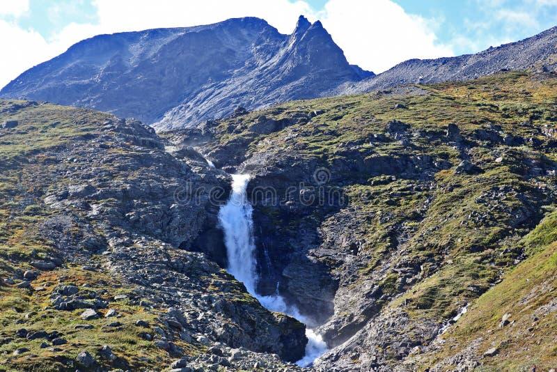 Vista di grande cascata Sosta nazionale di Jotunheimen norway fotografie stock libere da diritti