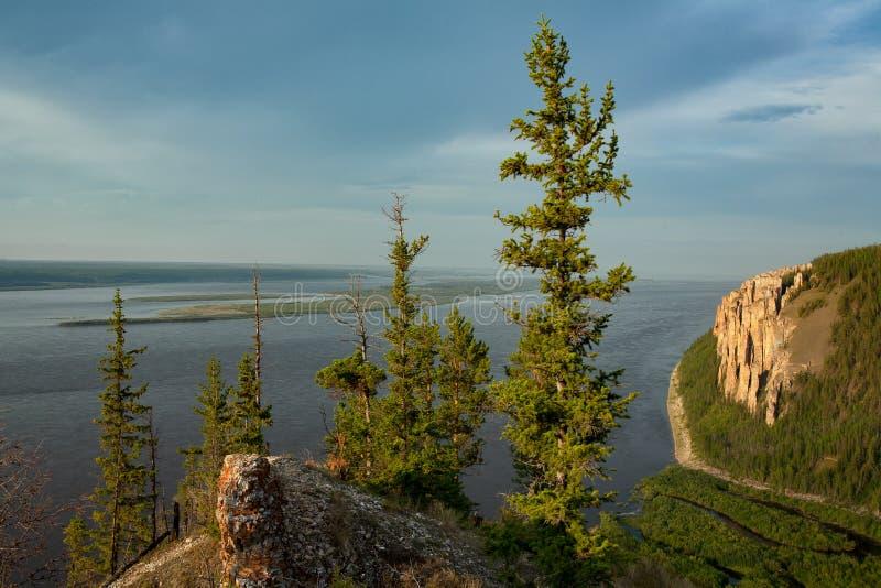 Vista di grande fiume con l'alta riva rocciosa fotografie stock libere da diritti