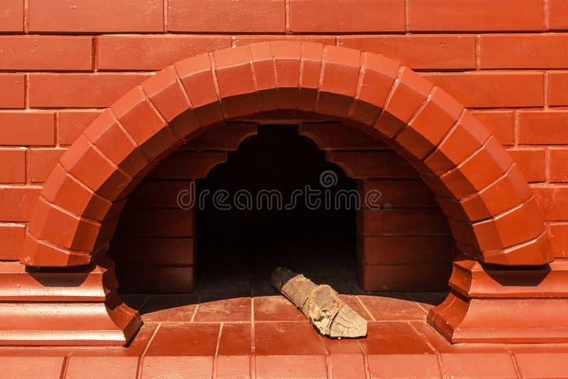 Vista di grande inserzione del camino del mattone rosso, primo piano fotografia stock