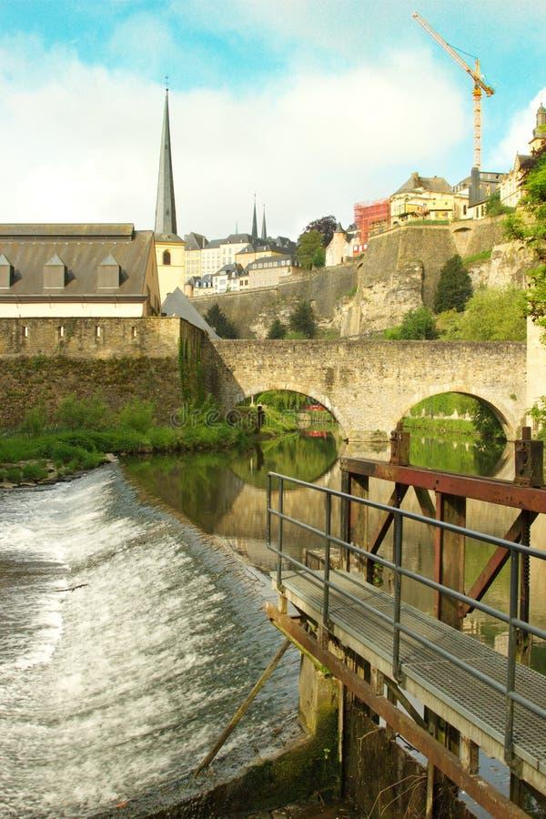 Vista di Grund - del Lussemburgo vicino ad acqua fotografia stock libera da diritti