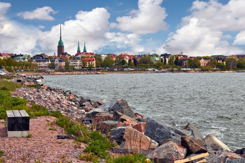 Vista di Helsinki da una riva rocciosa immagine stock libera da diritti