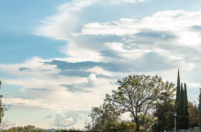 Vista di Hillside del cielo e cloudscape panaramic, posta della lampada e banco fotografia stock