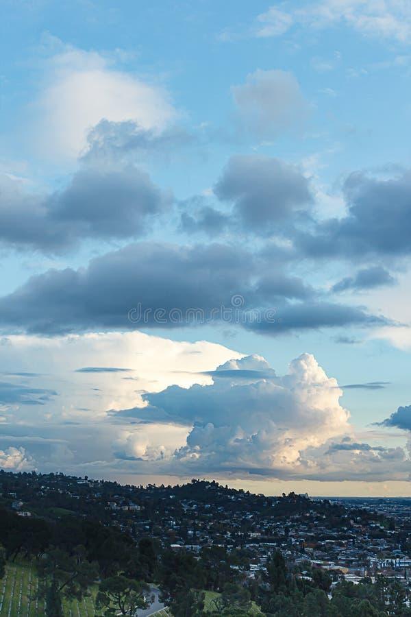 Vista di Hillside del cimitero con le case di hillide, l'orizzonte ed il cielo nuvoloso panaramic immagine stock libera da diritti