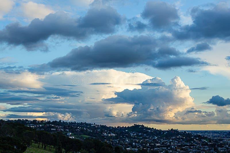 Vista di Hillside del cimitero con le case di hillide, l'orizzonte ed il cielo nuvoloso panaramic fotografia stock