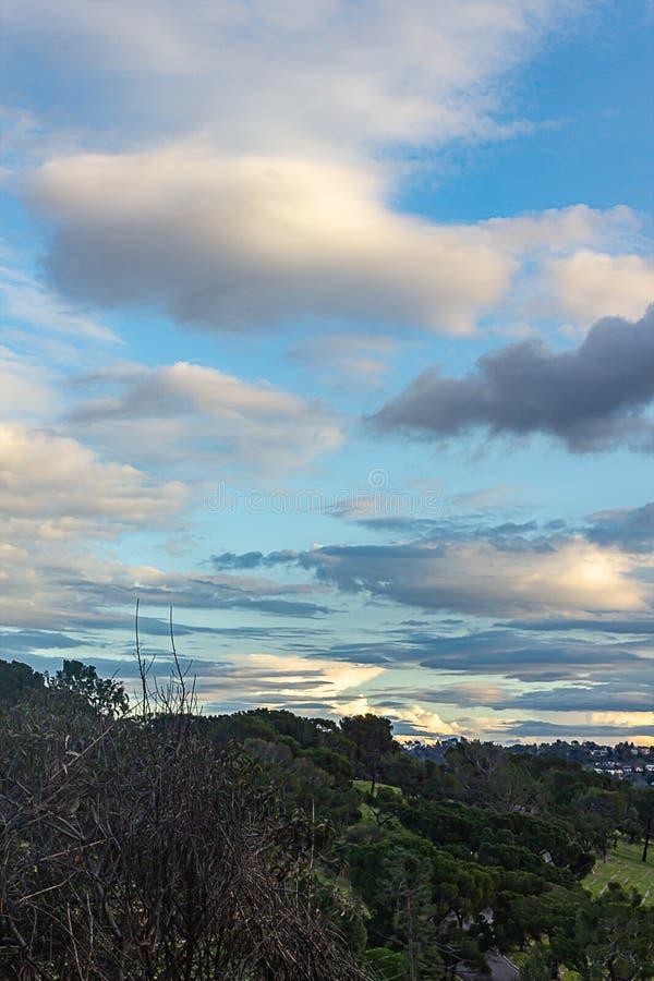 Vista di Hillside del cimitero con le case di hillide, l'orizzonte ed il cielo nuvoloso panaramic immagini stock