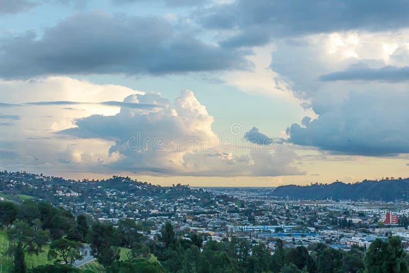 Vista di Hillside del cimitero con le case di hillide, l'orizzonte ed il cielo nuvoloso panaramic fotografia stock libera da diritti