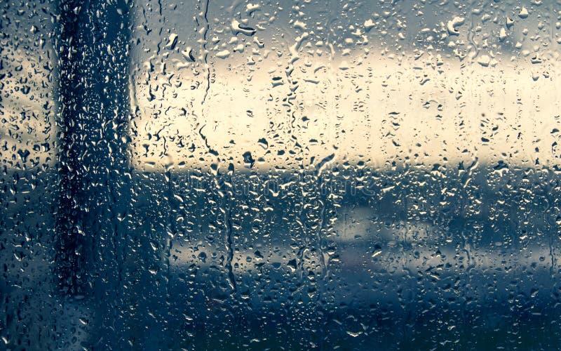 Vista di Horizont in tutto le gocce di pioggia sul vetro di finestra immagini stock