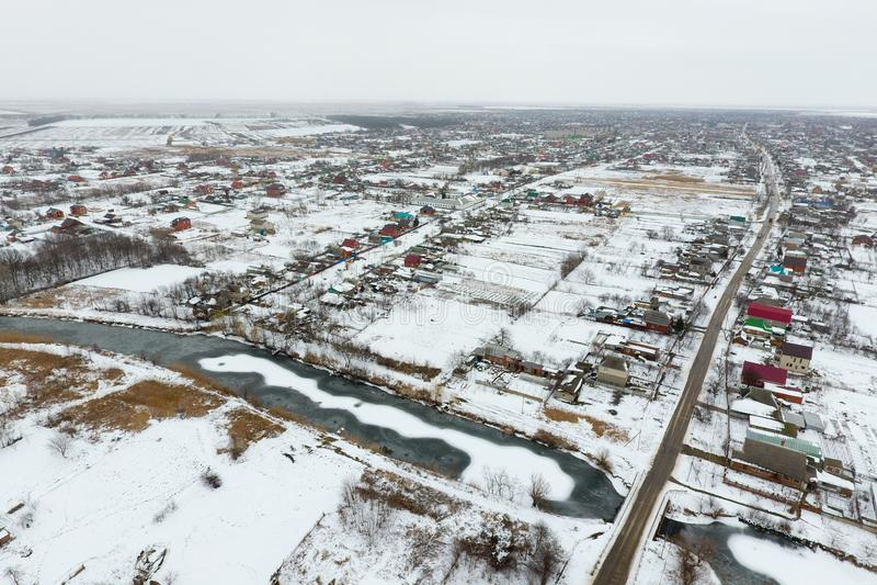 Vista di inverno dalla vista di occhio dell'uccello del villaggio Le vie sono coperte  fotografia stock libera da diritti