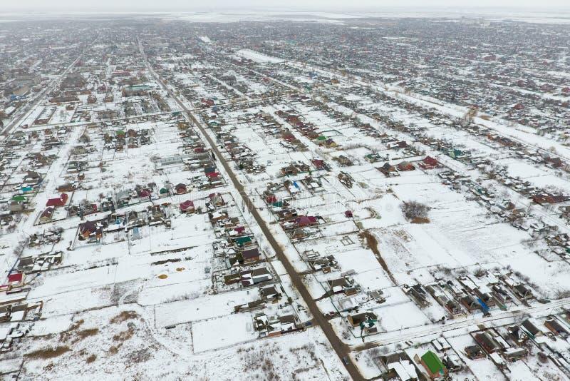 Vista di inverno dalla vista di occhio dell'uccello del villaggio Le vie sono coperte  immagine stock libera da diritti