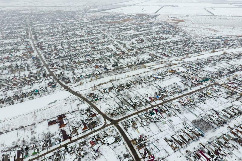 Vista di inverno dalla vista di occhio dell'uccello del villaggio Le vie sono coperte  fotografie stock