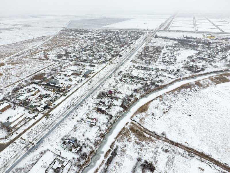 Vista di inverno dalla vista di occhio dell'uccello del villaggio Le vie sono coperte di neve fotografia stock libera da diritti