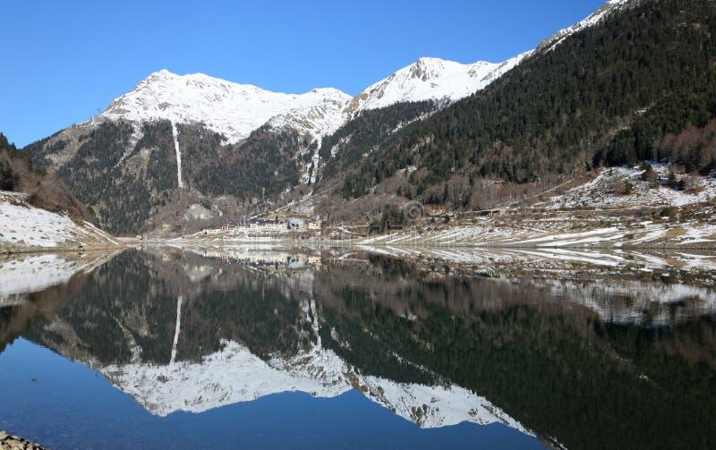 Vista di inverno del lago della montagna in Pirenei atlantici. immagine stock libera da diritti