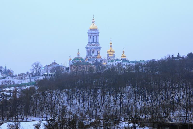 Vista di inverno del lavra del Ka del ` di Kyievo-Pechers sul fondo del cielo blu È un monastero cristiano ortodosso storico Paes fotografia stock libera da diritti