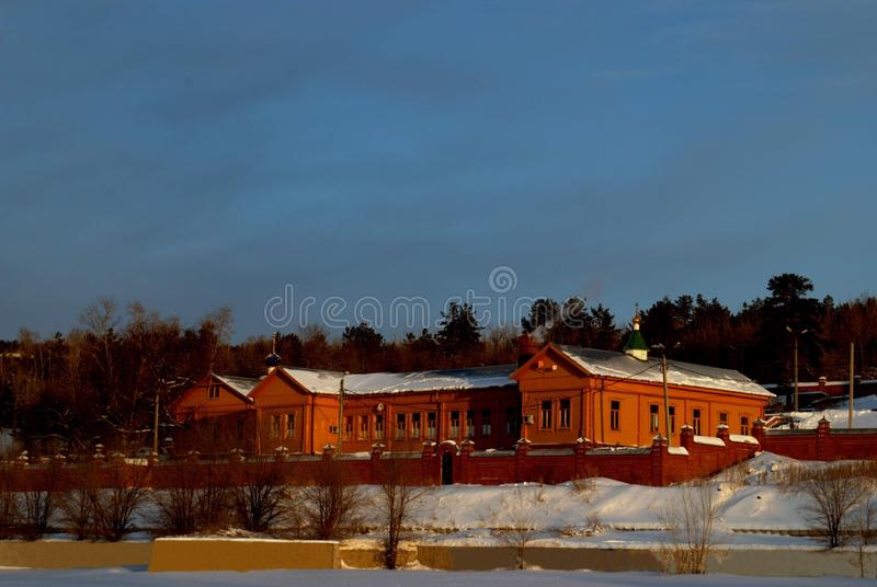 Vista di inverno dell'edificio di vecchio ospedale di Zemsky, costruito nel 1902 nella città di Stavropol' fotografia stock