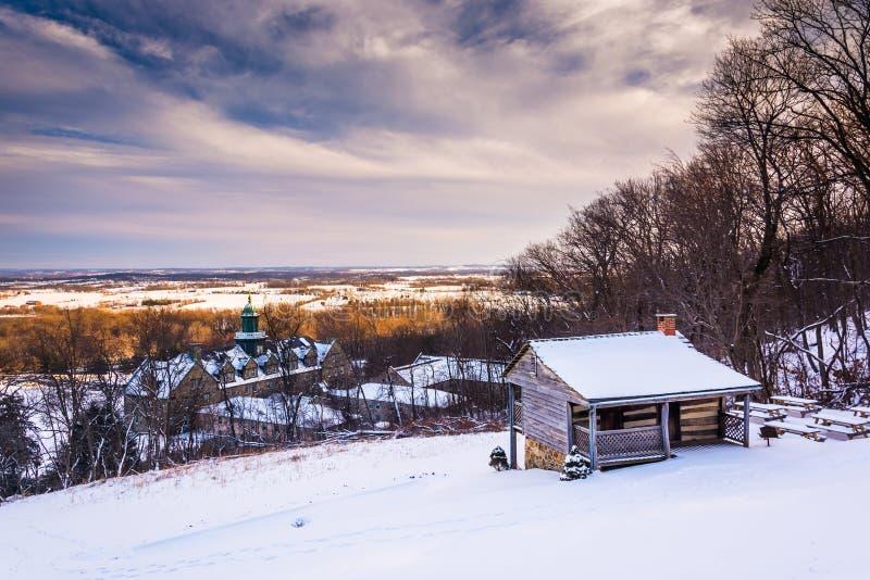 Vista di inverno dell'università della st Marys del supporto e di John Hughes Cabin fotografie stock