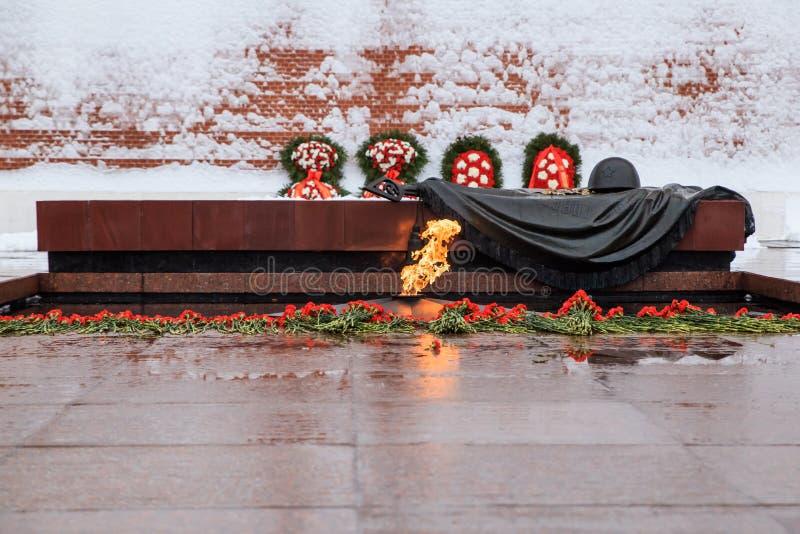 Vista di inverno della tomba del soldato sconosciuto e della fiamma eterna nel giardino di Alexander vicino alla parete di Cremli immagini stock libere da diritti