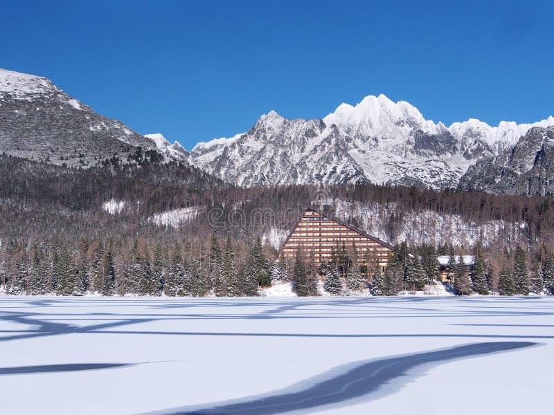 Superficie congelata di Strbske Pleso (il Tarn) fotografia stock libera da diritti