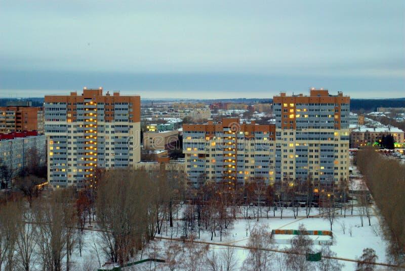 Vista di inverno di nuovo edificio residenziale multipiano nella zona centrale della città di Togliatti immagine stock