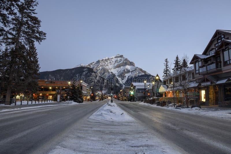 Vista di inverno di primo mattino giù il viale di Banff fotografia stock libera da diritti