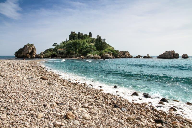 Vista di Isola Bella in Taormina, Sicilia, Italia La bella piccola isola con i suoi ciottoli della spiaggia ed acque blu del turc immagini stock
