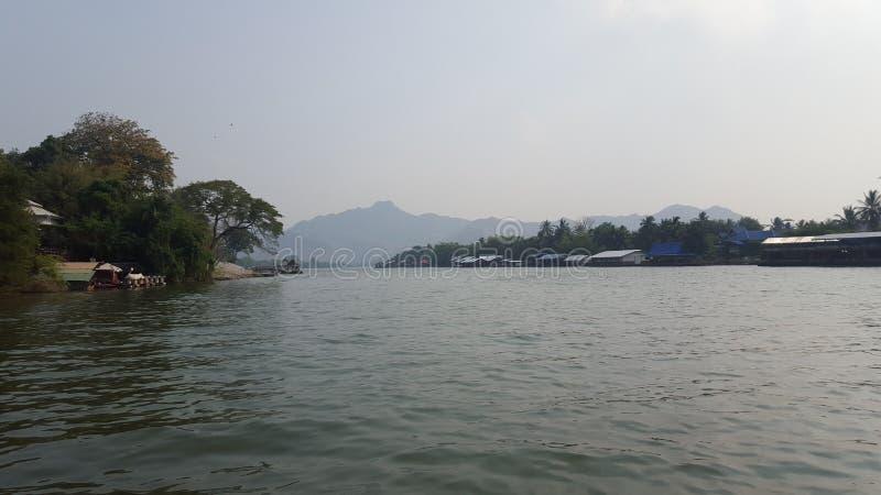 Vista di Kaew del fiume con le case della zattera e della montagna in Kanchanaburi, Tailandia immagini stock