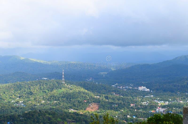 Vista di Kumily fra Ghats occidentale e del cielo nuvoloso dal punto di vista di Ottakathalamedu, Kerala, India immagine stock