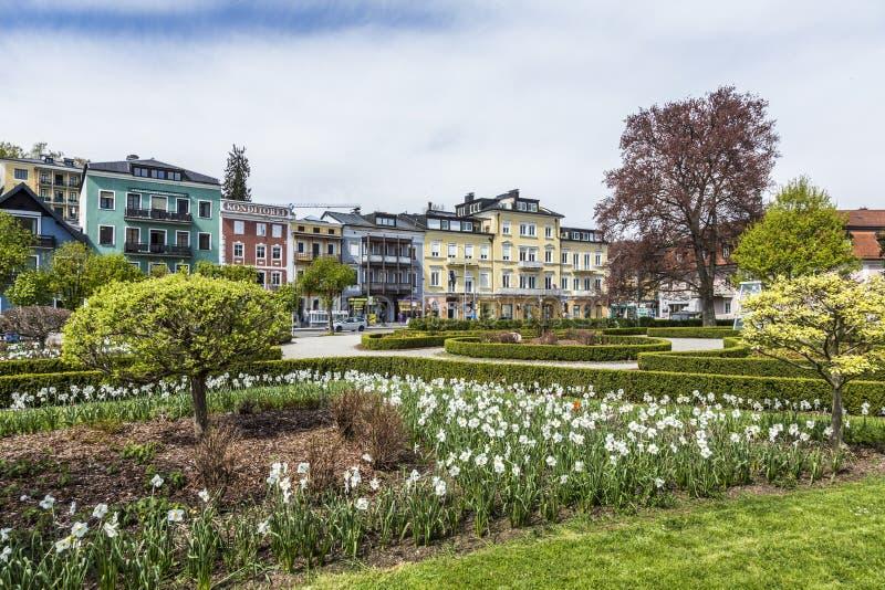 Vista di Kurpark con le belle case storiche in Gmunden fotografia stock libera da diritti