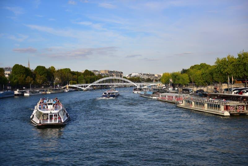 Vista di La la Senna dal ponte di d'lena di Pont accanto alla torre Eiffel a Parigi immagine stock