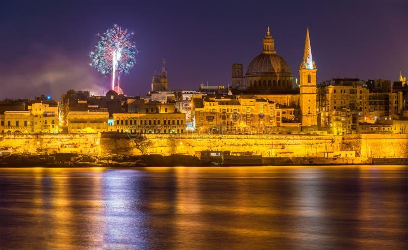 Vista di La Valletta con i fuochi d'artificio su Pasqua 2015 fotografia stock libera da diritti